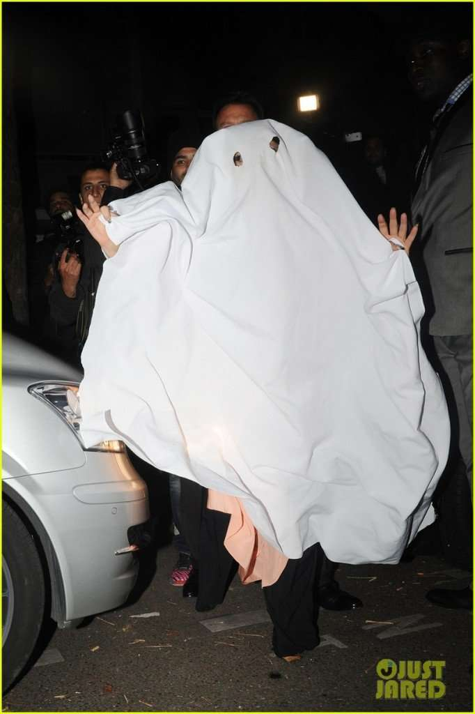 lady-gaga-ghost-halloween-costume-paris-02-682x1024